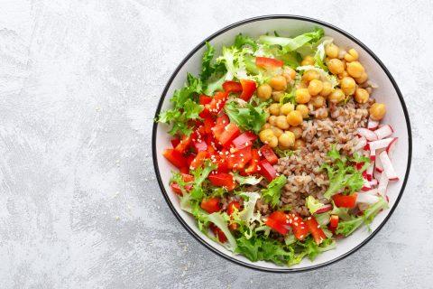 Sigue comiendo legumbres con el buen tiempo: ensalada de garbanzos y hortalizas
